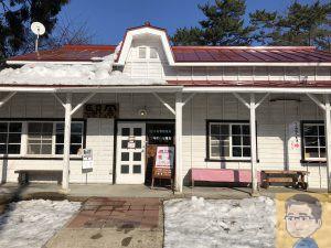 赤い屋根の喫茶店 駅舎